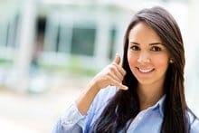 Jeune femme mimant un appel téléphonique