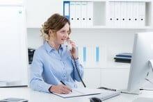 Jeune femme en cours d'appel téléphonique