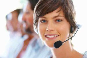 Jeune opératrice d'accueil téléphonique