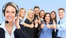 Opératrice téléphonique et clients satisfaits