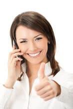 Femme confiante au téléphone