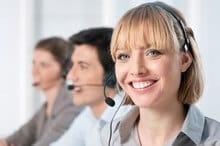 Opératrice téléphonique et ses 2 collègues opérateurs