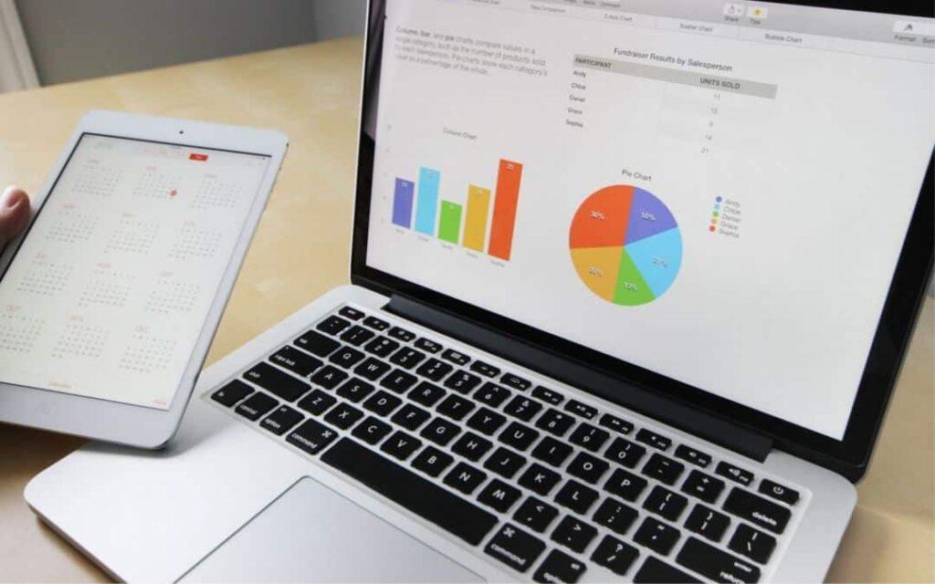 Photo avec ordinateur affichant outils web de prodcutivité