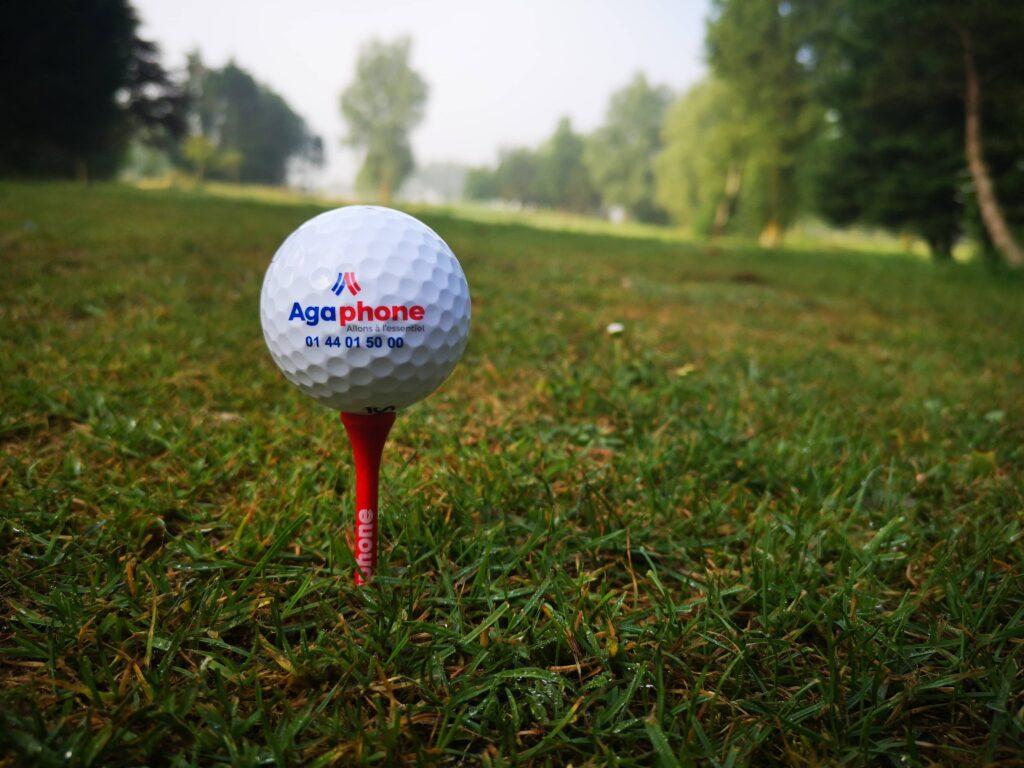 Balle de golf agaphone sur le green