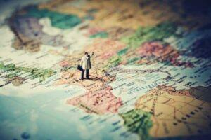 carte du monde avec un personnage dessus