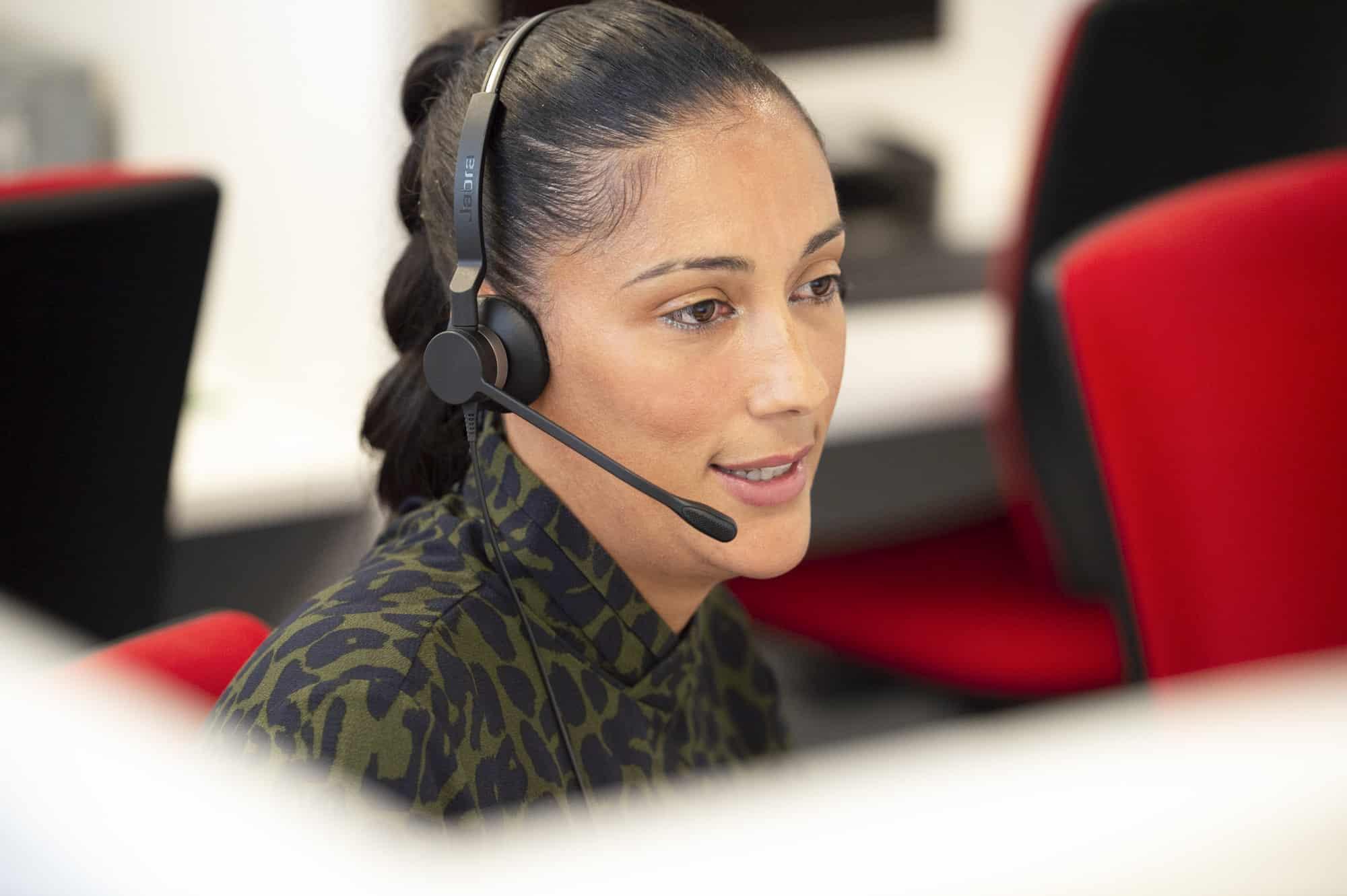 Photo d'une télésecrétaire Agaphone répondant aux appels sur le plateau à Paris